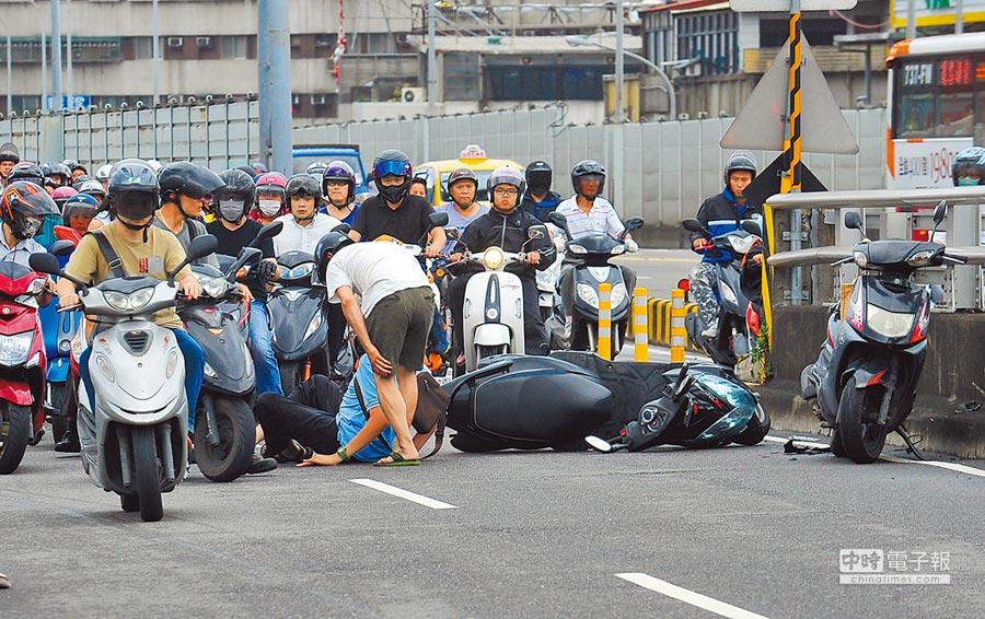 台灣機車人口眾多,若ABS、CBS新制上路,機車價格上漲,恐引爆民怨反彈。(本報資料照片)