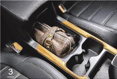 3.中央扶手置物空間可收納隨身皮包。(Honda Taiwan提供)