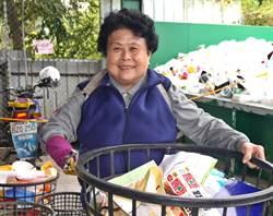 慈濟失去手腕的志工蕭桔姝 不怨天尤人用「心」做環保