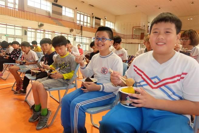 寒冬送暖,夜光天使班學童開心享用「愛的關東煮」。(張朝欣攝)