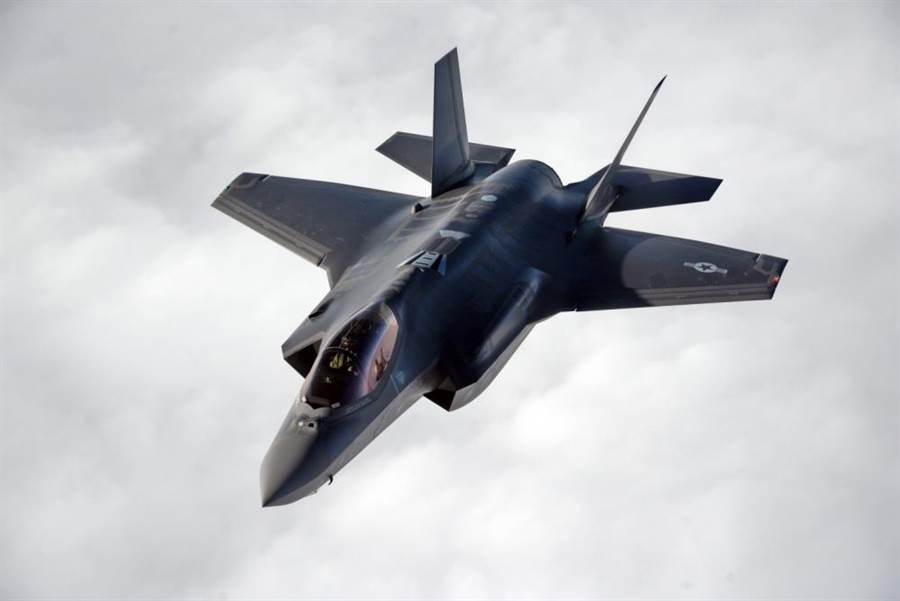 美軍最先進的F-35將引入人工智慧技術,更能發揮它戰場數據平台的功能。(圖/美國空軍)