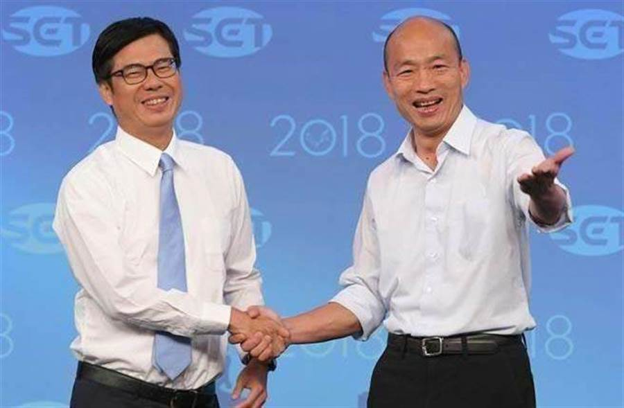 高雄市長選舉11月19日電視辯論會,民進黨陳其邁(左)與國民黨韓國瑜(右)兩人一對一直球對決,辯論開始前兩人握手致意。(三立電視台提供)