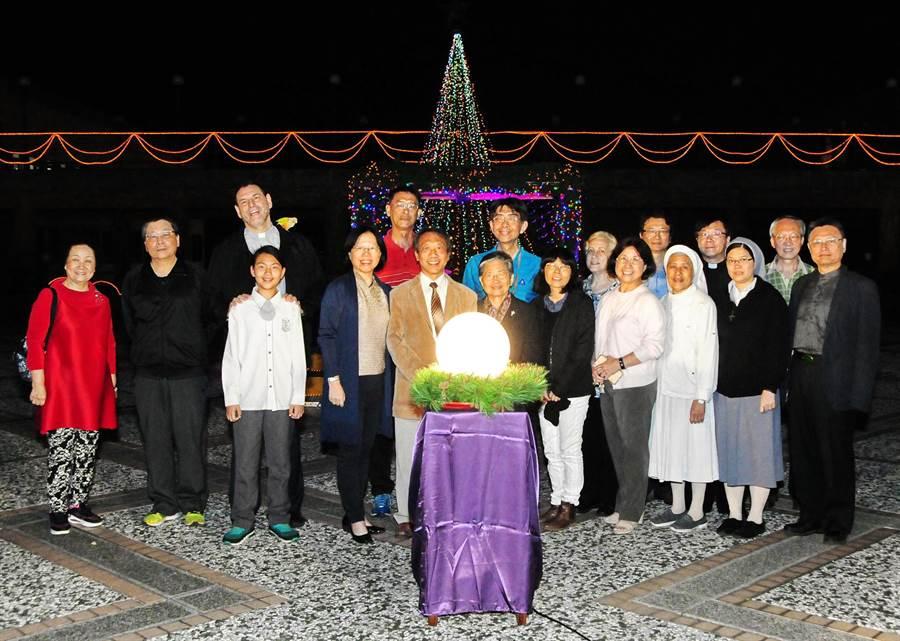 ●靜宜大學與全台共47所天主教學校,透過「天主教學校週」聖誕點燈,點亮象徵基督之光的彩燈!(陳世宗攝)