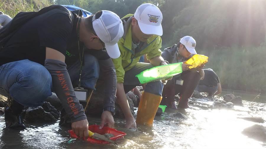 「探尋台灣哺乳動物化石」學員,實地淘洗化石。(科博館提供)
