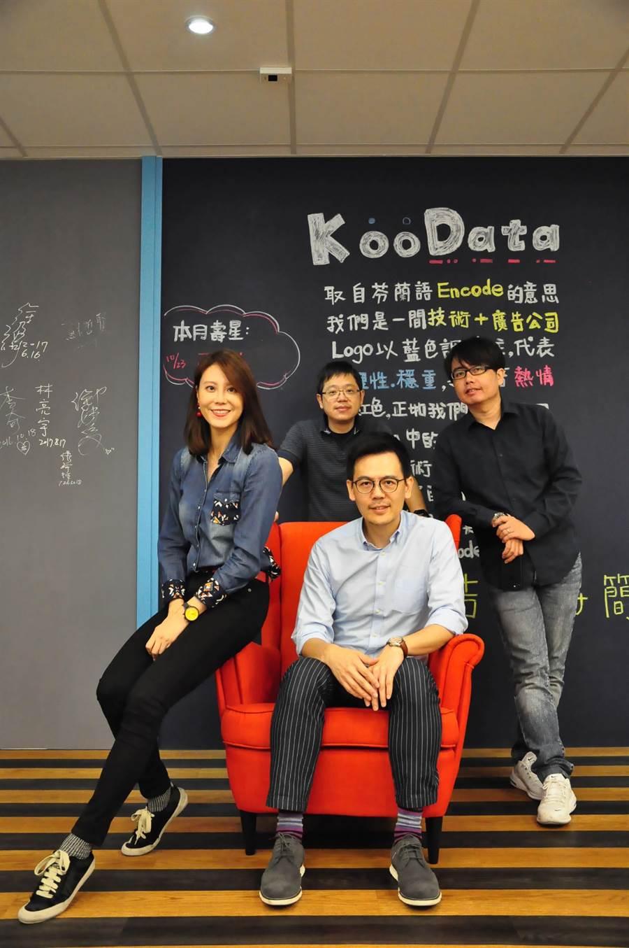 KooData完成A輪募資,最新獲得約台幣7500萬資金,圖為經營團隊,左起為KooData營運長孟逸錤、策略長方乃正(中後)、執行長孫健慎(中前)、技術長吳齊人。(業者提供)
