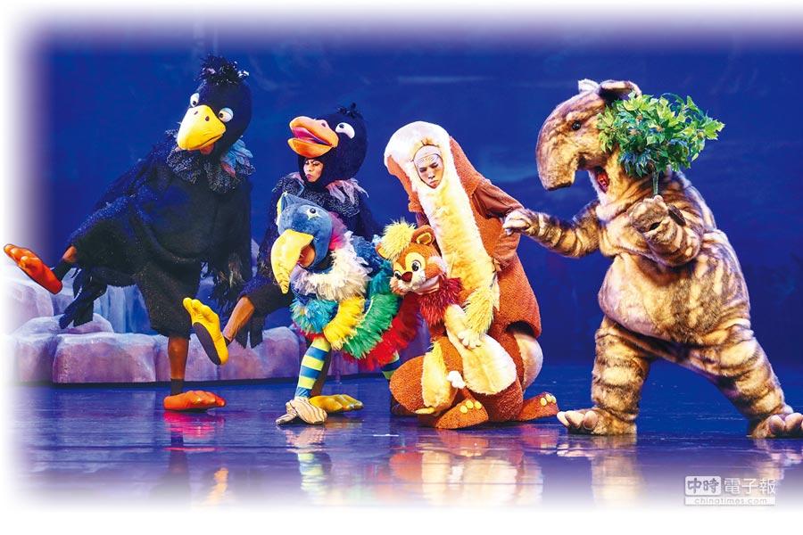 紙風車劇團作品《巫頂看世界》,以華麗的舞台、多元的故事內容,帶給孩子們豐沛的想像力世界。(鄧博仁攝)