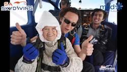 超勇敢! 百齡嬤成功挑戰高空跳傘 背後原因有洋蔥