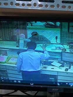 老翁稱朋友買地幫忙匯款 郵局通知警方苦勸阻詐騙