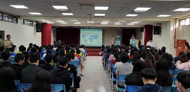育仁中學學生聆聽主持人說明簡報內容。(戴有良攝)