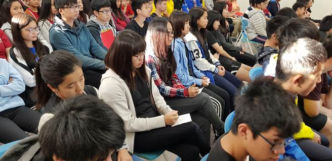 育仁中學學生在「瓩設計獎」說明會中做筆記。(戴有良攝)