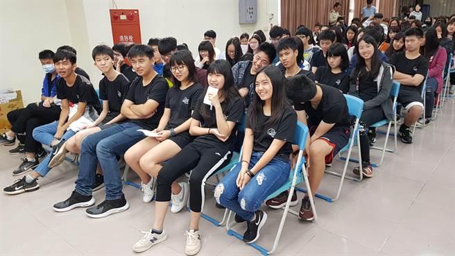 育仁中學「瓩設計獎」說明會以輕鬆的方式宣導電力新知,現場充滿歡笑聲。(戴有良攝)