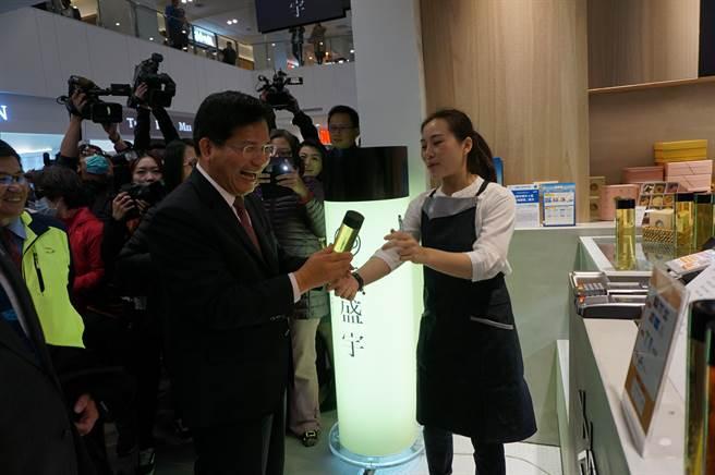 台中市長林佳龍引進三井投資OUTLET PARK,他參加開幕剪綵儀式後,特別走到茶飲櫃位前關心銷售情形。(王文吉攝)
