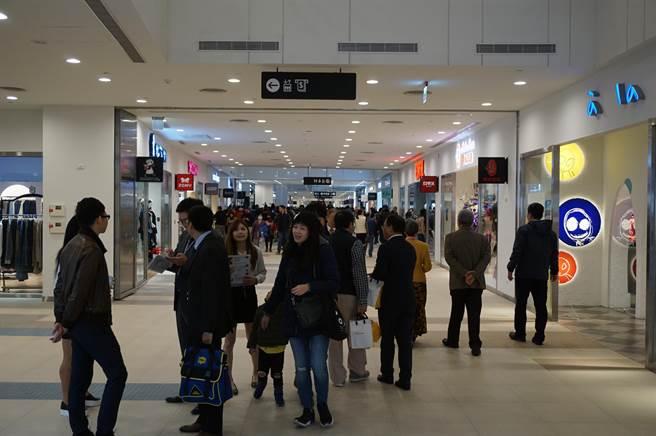 三井OUTLET PARK台中港正式開幕,一開館就湧入可觀人潮。(王文吉攝)