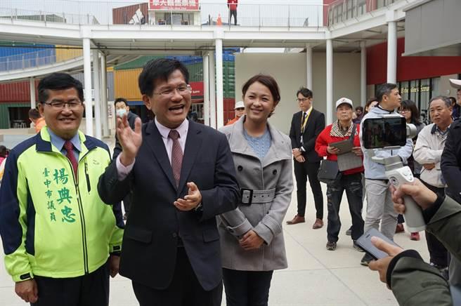 台中市長林佳龍在三井OUTLET PARK台中港開直播,透過鏡頭帶網友逛逛「全國首座海港型購物中心」。(王文吉攝)
