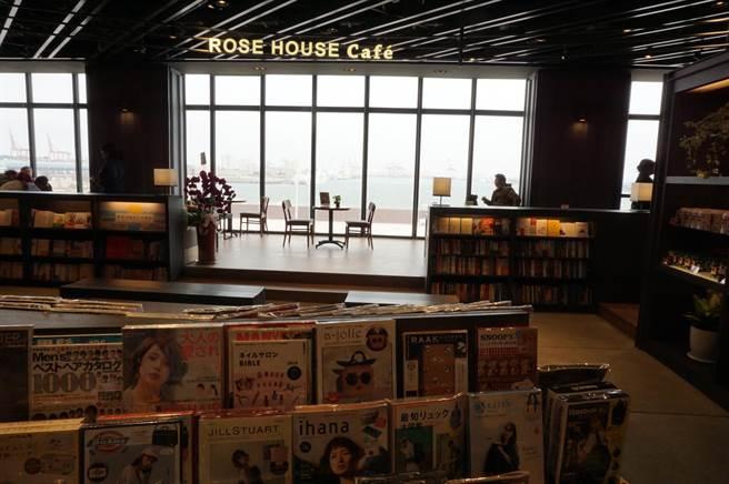 三井OUTLET PARK台中港擁有全台唯一一間可以觀海閱讀的誠品書店。(王文吉攝)