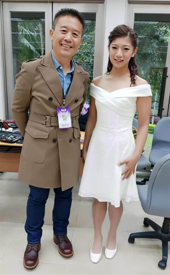 入圍最佳運動精神獎的自由車女將黃亭茵(右)典雅白色洋裝也展現氣質。(黃亭茵提供)