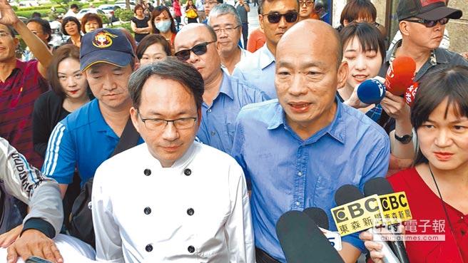準高雄市長韓國瑜(右)11日陪同麵包師傅吳寶春(左)開記者會,希望大家發自內心疼惜台灣之光。(本報系記者柯宗緯攝)