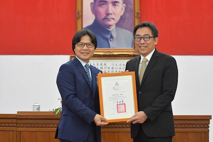 時任內政部長的葉俊榮,曾頒發模範公務員給楊家駿。(陳鴻偉翻攝)