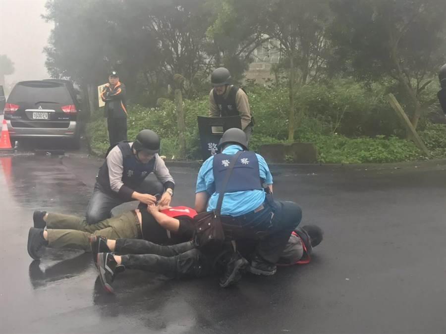 林口警分局今上午10時在林口區農會執行「金融機構防搶演練」,過程逼真,嚇得路人差點以為搶匪戰真實發生。(高彥哲翻攝)