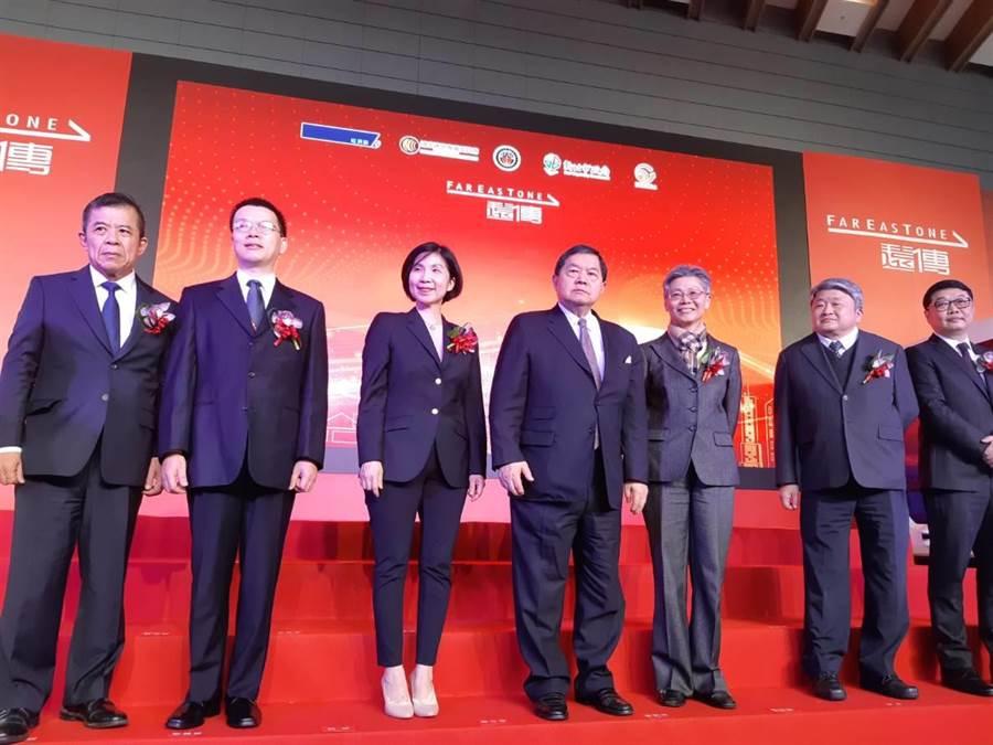 遠東集團董事長徐旭東(中)率遠傳電信總經理李彬(右三)宣布「遠傳5G先鋒隊」正式成軍。(黃琮淵攝)