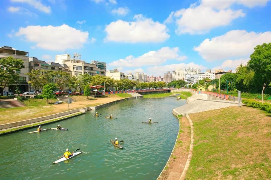 台中市府整治旱溪水質環境,位於大里與南區交界的康橋已成新興景點,更是輕艇等水上運動的訓練場所。(盧金足攝)