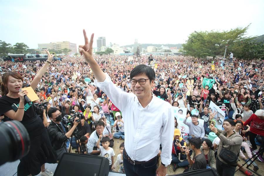 陳其邁8日邀支持者喝咖啡人氣爆棚。(曹明正攝)