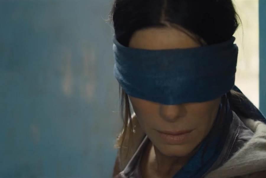 珊卓布拉克蒙眼演出。(Netflix提供)