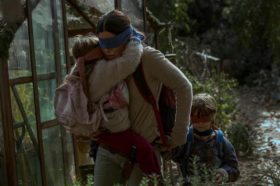 珊卓布拉克蒙著眼睛帶著兩個小孩一起找尋避難所。(Netflix提供)