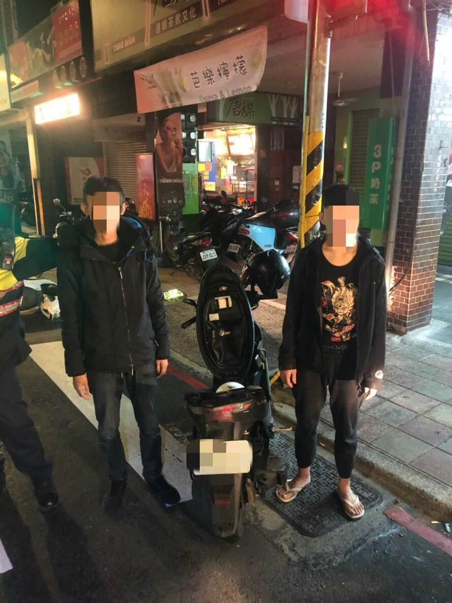 警方眼尖發現黃姓少年安全帽帶未扣,盤查查出是詐騙集團成員。(王揚傑翻攝)