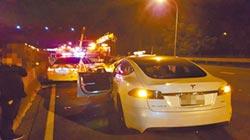 特斯拉自動駕駛闖禍 差點撞死警
