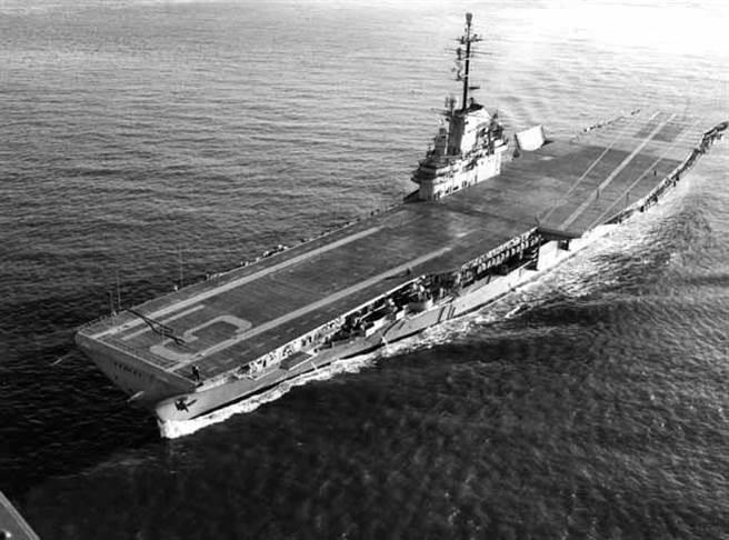 艾塞克斯級好人理察號CVA-31,這是經過現代化改裝後的,改造成斜向甲板,可停降噴射機。(圖/history.navy.mil)