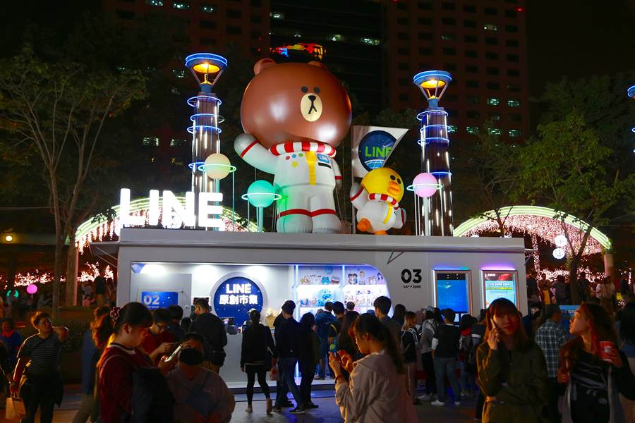 市民廣場兩側還設置了可愛的貨櫃市集供大家玩樂和購物。