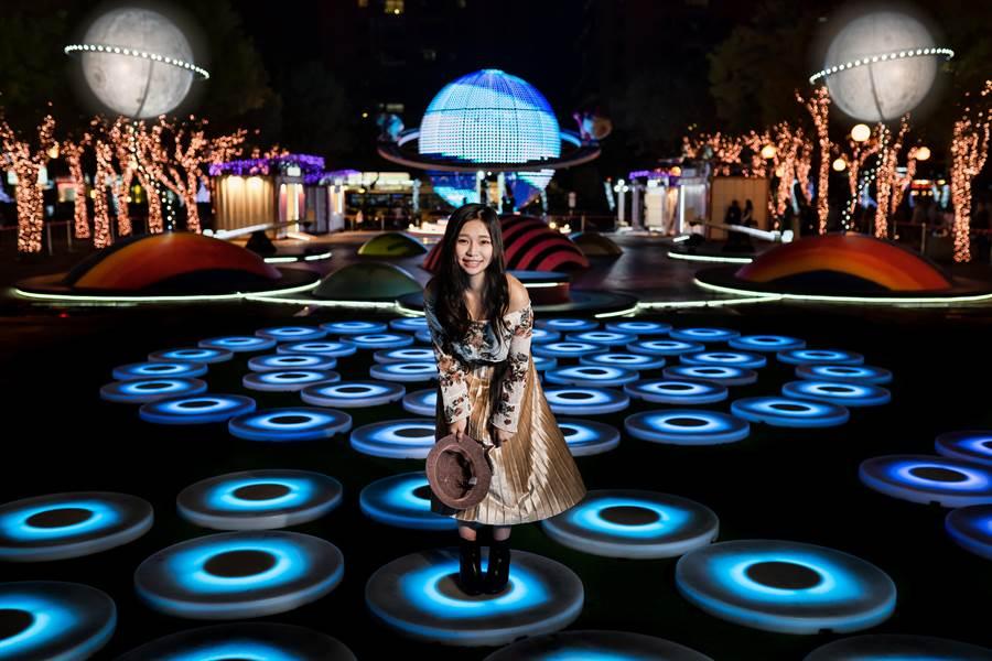 出自知名紐約藝術家Jen Lewin之手的互動光影藝術THE POOL。