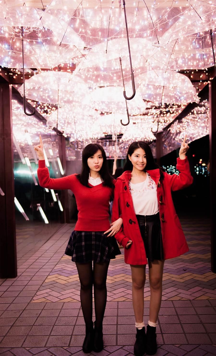 「漫漫傘步」用玫瑰金燈飾點綴的傘,絕對要把你的手機、相機記憶體通通佔滿!