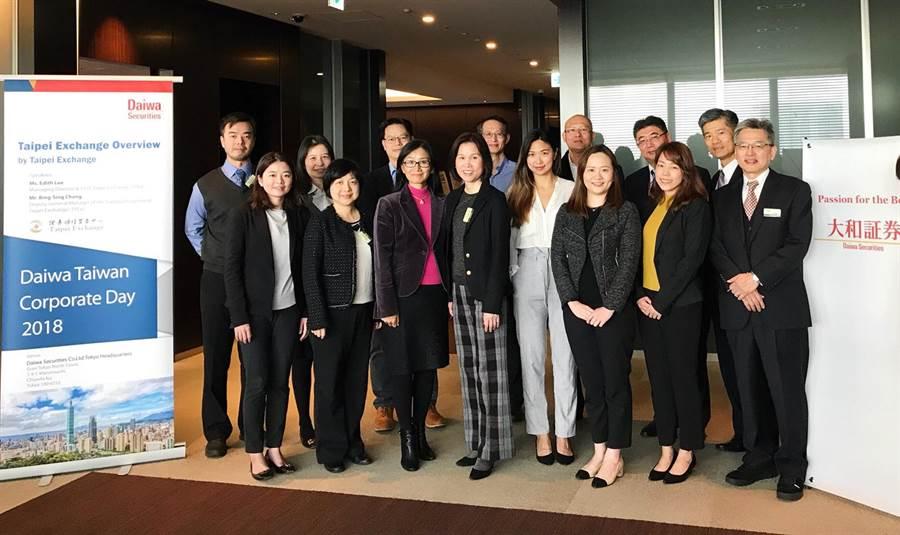 櫃買中心總經理李愛玲 (前排左4,櫃買提供)、台灣大和國泰證券總經理澁谷慎志(後排右2)與參加法說會代表於日本東京大和證券總部合影。