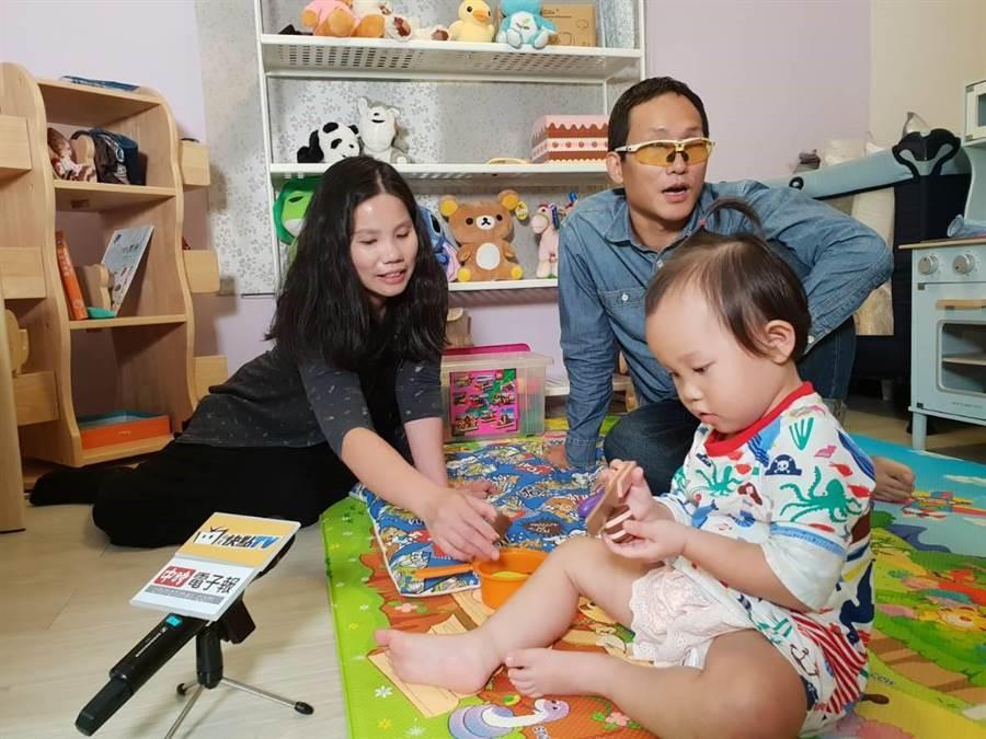 洪國展(右)與妻女一同接受專訪,暢談失明後的心路歷程。(圖/游定剛)