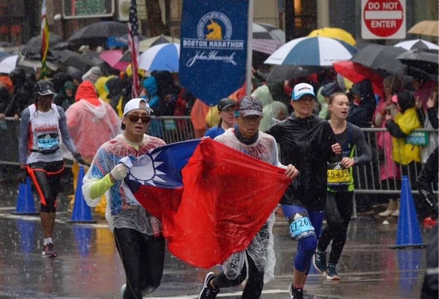 洪國展(左)不畏低溫,奮力完成波士頓馬拉松賽程。(圖/洪國展)