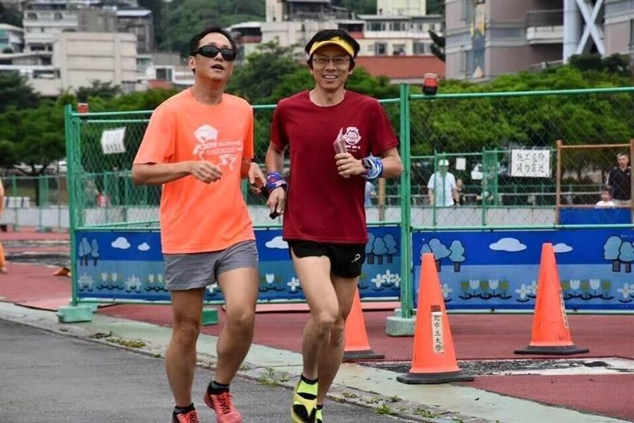 洪國展(左)與陪跑員楊鍾鼎(右)一同練跑。(圖/洪國展)