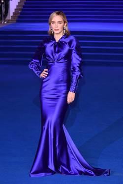 怎麼穿都美!艾蜜莉布朗紅毯大秀魔法造型