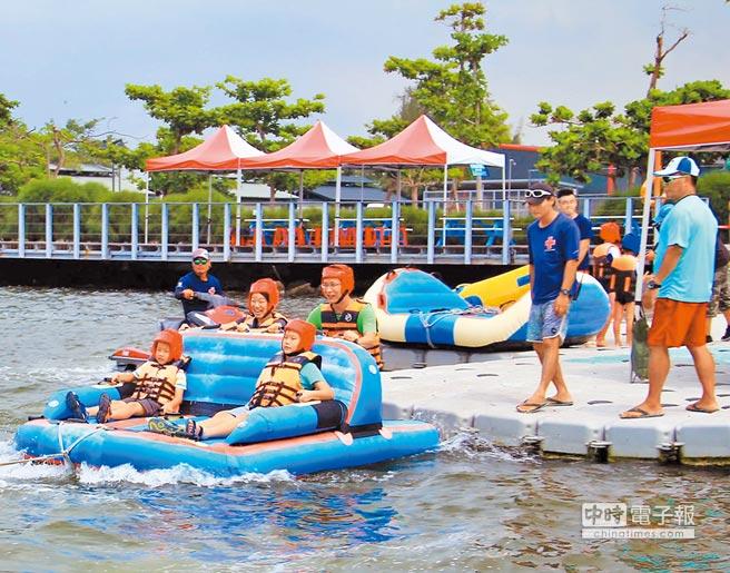 明年台灣燈會主場在大鵬灣,觀光業者打出「冬季也能玩水上活動」口號,希望為大鵬灣打開更大知名度。(潘建志攝)