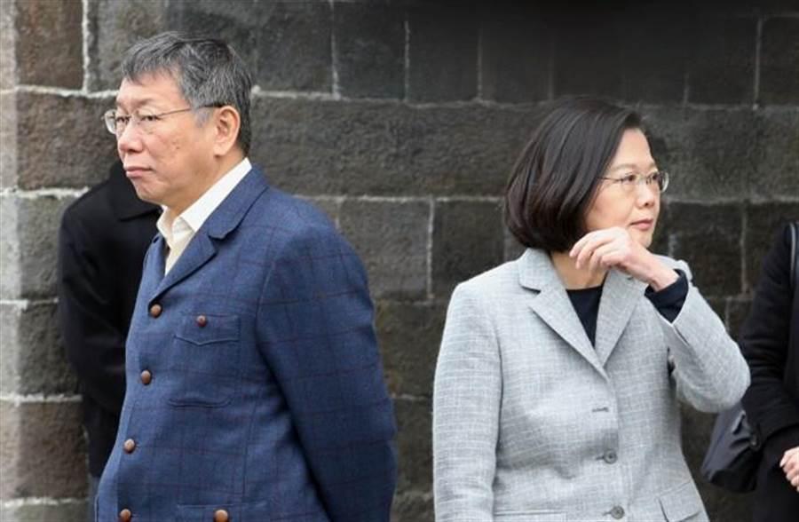 蔡英文總統(右)與台北市長柯文哲(左)13日在北門廣場與台北郵局進行「蔡柯會」,過程中,兩人眼神少有交集。(陳信翰攝)