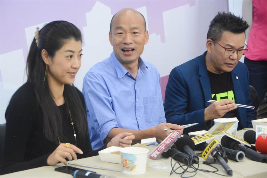 準高雄市長韓國瑜(中)14日中午錄完網路節目後接受媒體訪問,透露新任教育局長從事教育工作長達30年,既懂教育行政、更對雙語課程規畫具有豐富經驗。(林宏聰攝)