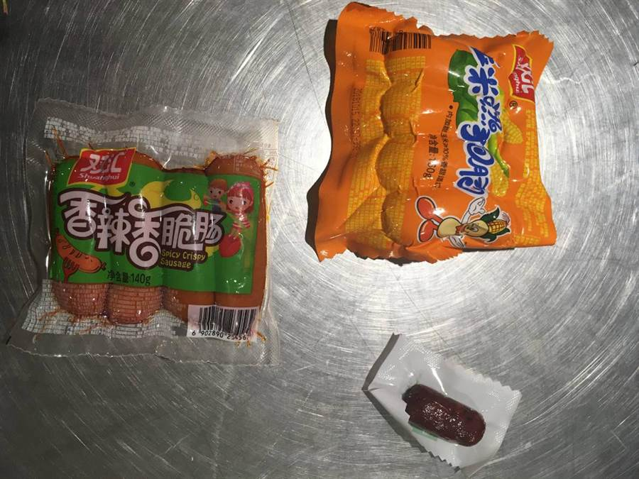 台北關查獲旅客攜帶大陸製豬肉製品入境。(台北關提供)