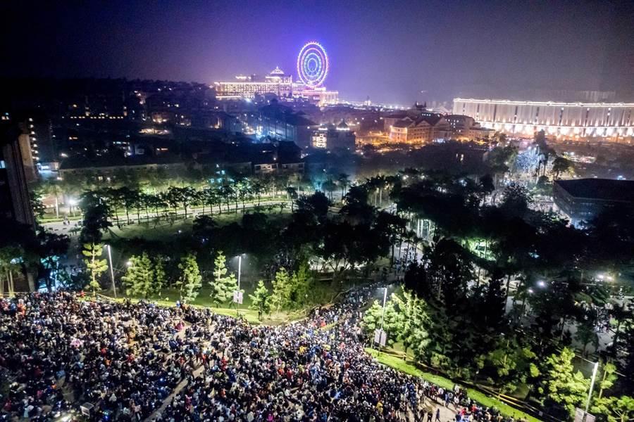 跨年時義大煙火秀吸引萬人齊聚,帶來視覺全新震撼。(圖片提供/義联集團)