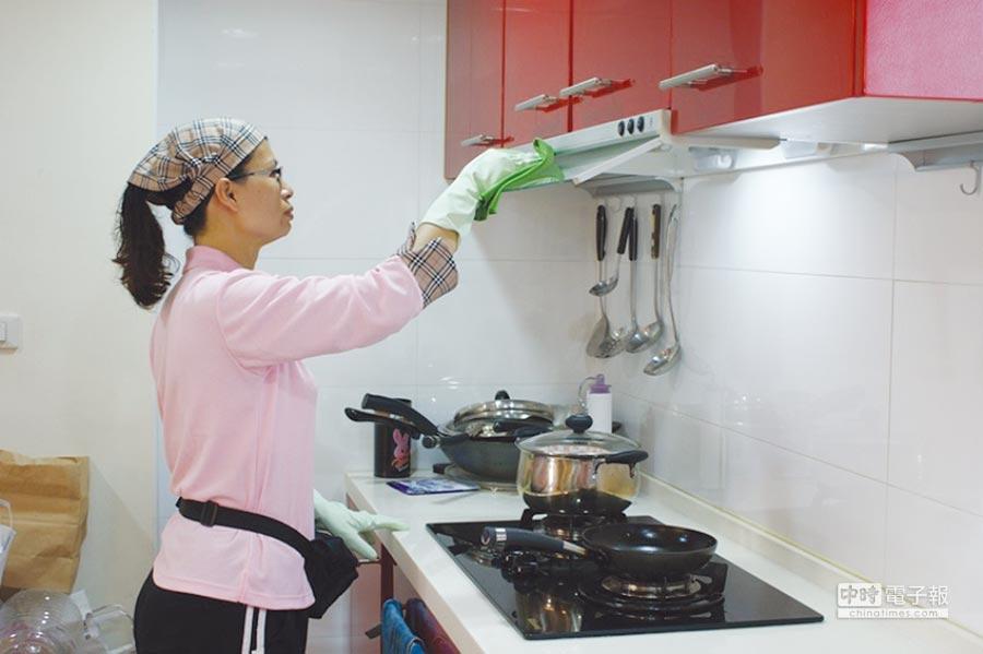 媽咪樂居家清潔公司的清潔管家,都是經過嚴格專業訓練的清潔高手。圖/陳至雄