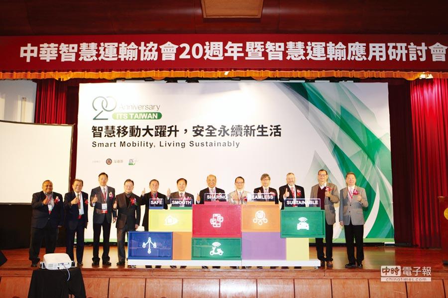 中華智慧運輸協會理事長張永昌(右六),交通部科技顧問室主任王穆衡(右五)與來自英國、馬來西亞、韓國、日本的ITS代表與貴賓合影。圖/業者提供