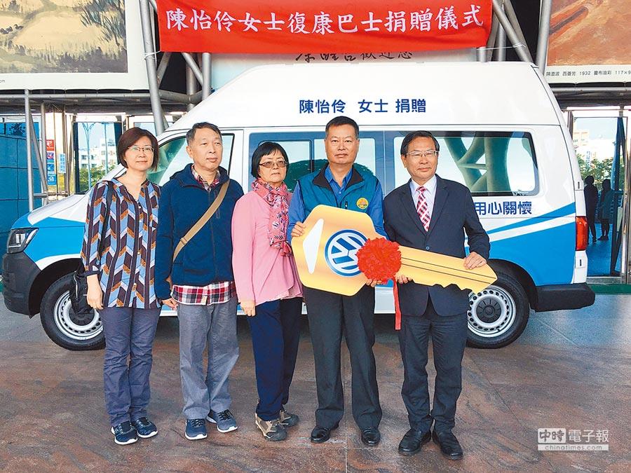 陳怡伶的家人代表捐贈復康巴士,市長涂醒哲(右一)代表受贈。(廖素慧攝)
