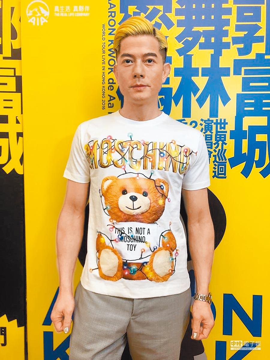 晉升父親角色的香港男星郭富城,日前身著可愛泰迪熊T恤現身活動,穿MOSCHINO Teddy Holiday系列白色T恤1萬3300元。(MOSCHINO提供)