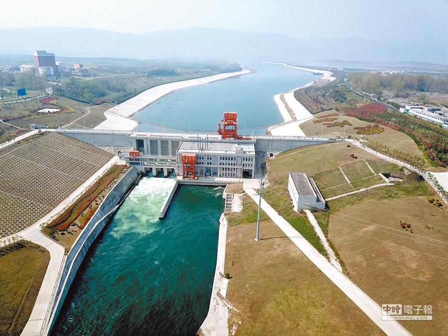航拍位於河南淅川的「南水北調中線工程」渠首大壩。(中新社資料照片)