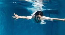 任容萱為電影綁鉛塊下水 挑戰攝影超難度